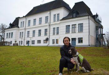 Sanna och Selma framför Thamsptorp stora vita hus