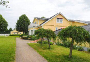 gult hus vid väg