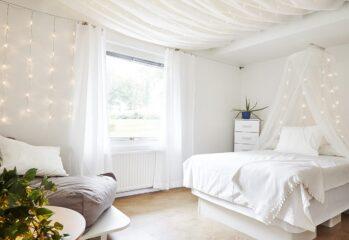 Sovrum i vitt på Furuviken