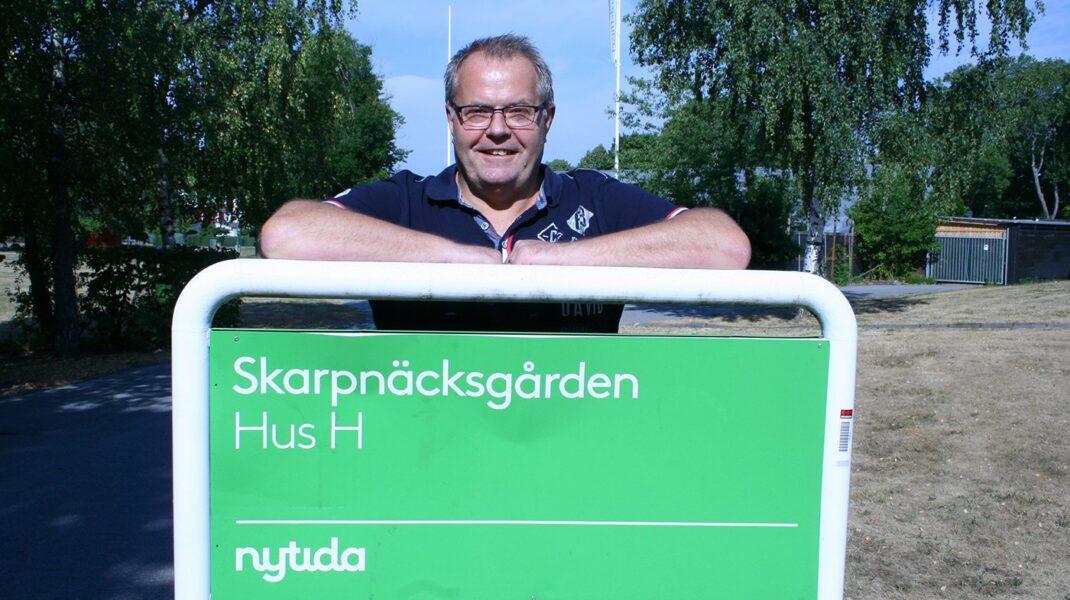 Peter Starborg vid Nytida-skylt