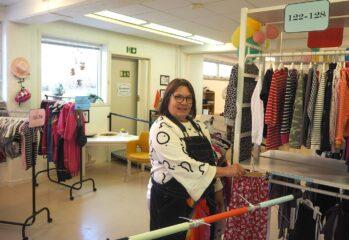 Desiree sorterar kläder i Barnboden
