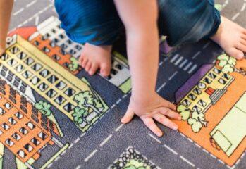 Barnhänder och -fötter på matta
