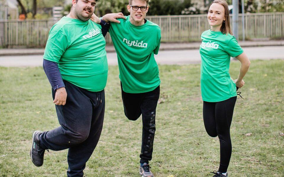 Nytida träning, tre personer strechar benen
