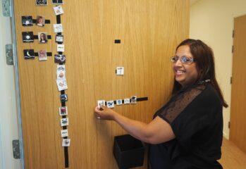 Kvinna framför ytterdörr med bildschema